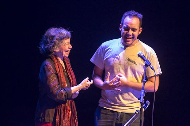 Isabel Parra invitó a un espontáneo a cantar «Violeta ausente». © Xavier Pintanel