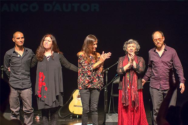 Fin de fiesta. De izquierda a derecha:Greco Acuña, Tita Parra, Cristina Narea, Isabel Parra y «Chicoria» Sánchez. © Xavier Pintanel