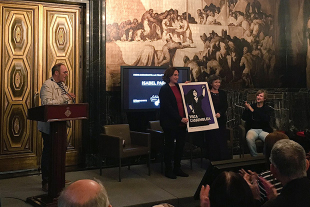 Ada Colau, alcaldesa de Barcelona, entregael premio BarnaSants a la Trayectoria 2017 a Isabel Parra. © Laura C. De Agorreta | BarnaSants