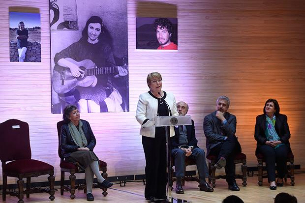 Michelle Bachelet, presidenta de Chile, pronuncia su discurso presidido por las fotografías de Ángel Parra, Violeta Parra y Antar Pregnan Parra. © Prensa Presidencia | Gobierno de Chile