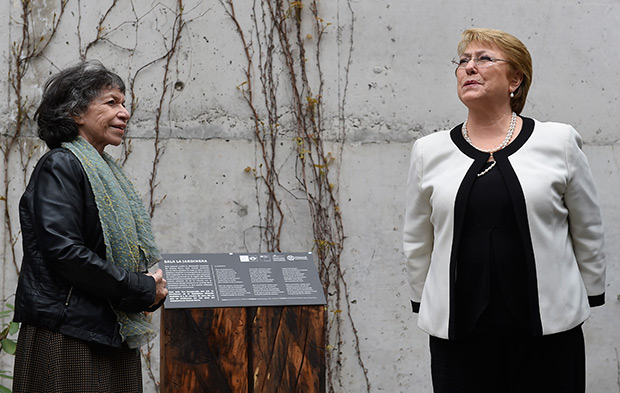 Michelle Bachelet inaugura, ante la presencia de Isabel Parra, la «Sala La Jardinera» en el Museo Violeta Parra. © Prensa Presidencia   Gobierno de Chile