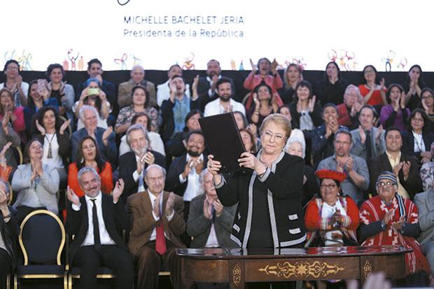 Michelle Bachelet, presidenta de Chile,  en la ceremonia donde se promulgó la Ley 21.045 que crea el Ministerio de las Culturas. © Prensa Consejo Nacional de la Cultura y las Artes