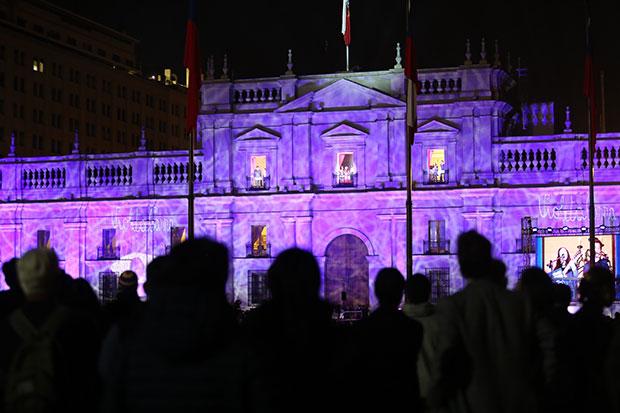Violeta en los balcones. © Prensa Consejo Nacional de la Cultura y las Artes