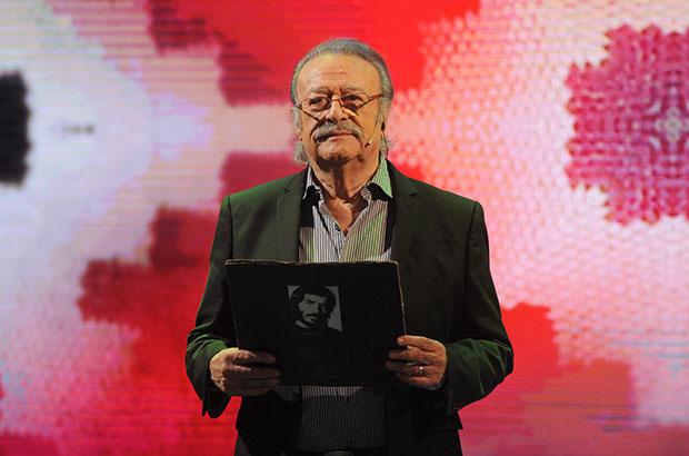 César Isella, en el programa «Canción con todos», sostiene el primero de los discos que Joan Manuel Serrat dedicó a Miguel Hernández. © Televisión Pública Argentina