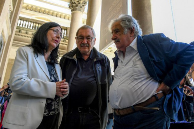 Henry Engler y José Mujica junto a la viuda de Viglietti, Lourdes Villafana. © Pablo Porciuncula | AFP