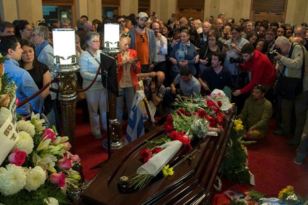 Cientos de personas despiden al cantautor uruguayo Daniel Viglietti durante su funeral en el Teatro Solís de Montevideo, el 31 de octubre de 2017. © Pablo Porciuncula | AFP