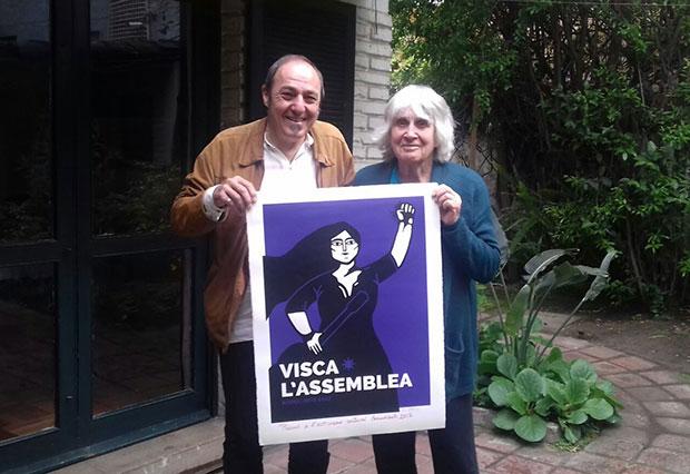 Pere Camps, director del Festival BarnaSants entrega a Joan Jara el Premio BarnaSants al Activismo Cultural 2017 en representación de la Fundación Víctor Jara. © Mayte de Agorreta