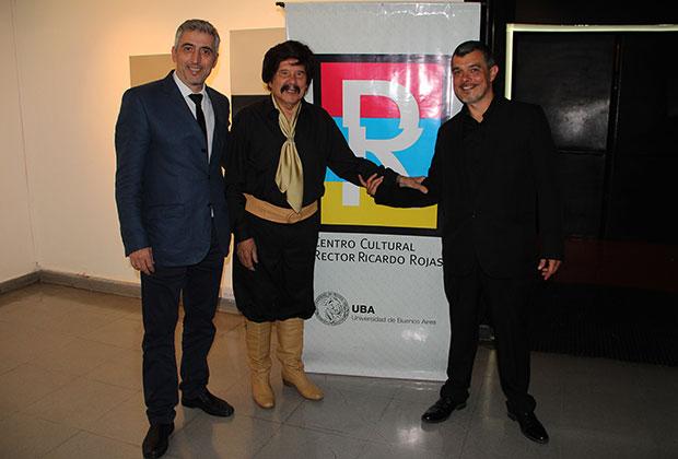 Ramón Ayala recibe el galardón «Rector Ricardo Rojas». © UBA