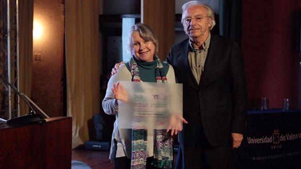 Silvia Rühl, viuda de Osvaldo «Gitano» Rodríguez y Juan Luis Moraga, decano de la Facultad de Arquitectura de la Universidad de Valparaíso. © Universidad de Valparaíso