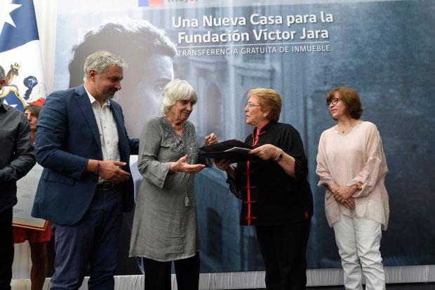 La presidenta Bachelet entrega inmueble fiscal a la Fundación Víctor Jara. © Prensa Presidencia Gobierno de Chile