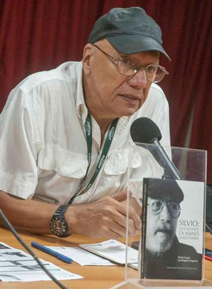 Victor Casaus presentando el libro «Silvio, que levante la mano la guitarra».