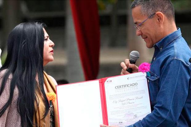 El ministro del Poder Popular para la Cultura, Ernesto Villegas entrega a la compañera de vida de Alí Primera, Sol Musset, el certificado que declara al «Cantor del Pueblo» como Patrimonio Cultural de la Nación, por su trayectoria como compositor y digno exponente de la lucha por la reivindicación social.