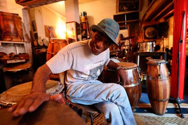 Fernando «Lobo» Núñez, artista uruguayo de candombe y luthier de tambores. © EFE