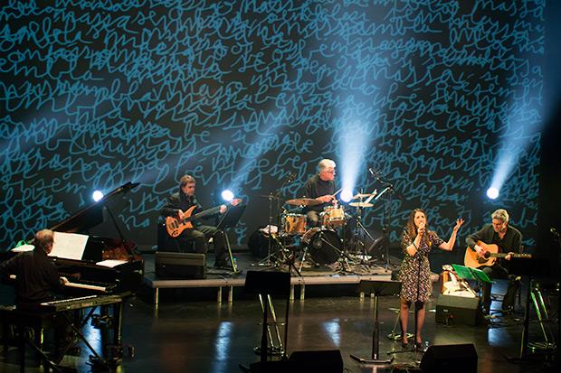 Gemma Humet en No demano gran cosa. Al fondo, la banda formada por Antoni-Olaf Sabater (piano y teclados), Jordi Camp (bajo), Lluís Ribalta (batería) y Josep Traver (guitarra). © Xavier Pintanel
