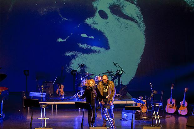 Las proyecciones diseñadas por Daniel Sesé estuvieron siempre presentes durante todo el concierto. © Xavier Pintanel