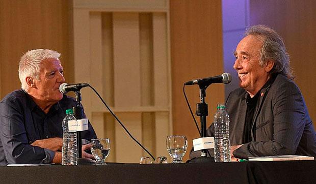 Joan Manuel Serrat con el periodista Carlos Ares en Radio Nacional.