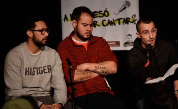 De izquierda a derecha: Valtònyc, Pablo Hasél y Elgio en la mesa redonda en el casal Can Capablanca de Sabadell. © ACN