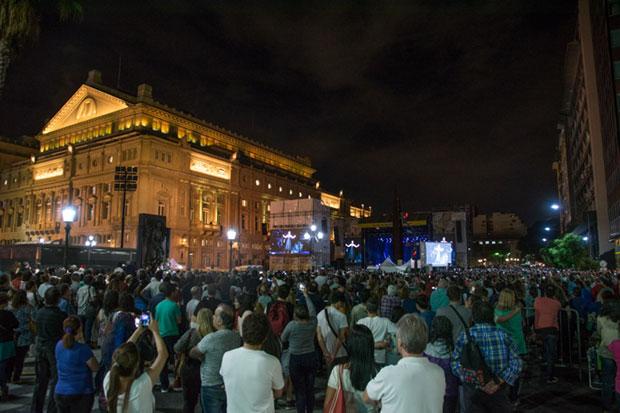 El escenario tras la fachada del Teatro Colón. © Kaloian Santos Cabrera