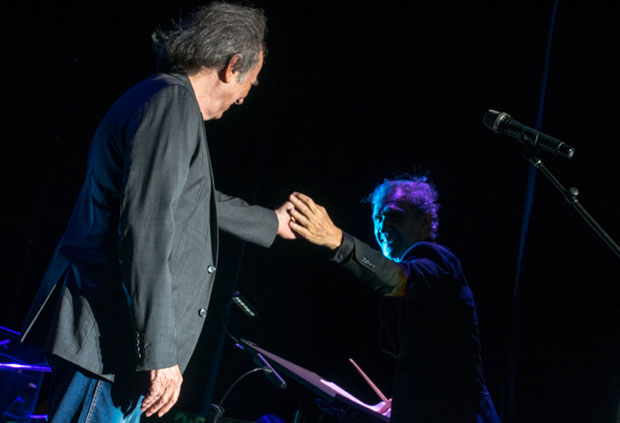 Joan Manuel Serrat saluda a Joan Albert Amargós. © Kaloian Santos Cabrera