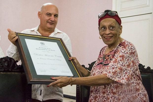 Omara Portuondo el certificado que la acredita como doctora Honoris Causa en Artes de manos del rector del ISA, Alexis Seijo García. © Universidad de las Artes (ISA)