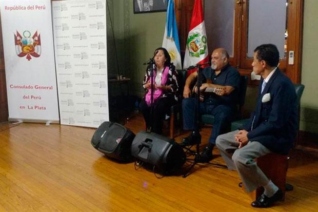La exrepresentante de Chabuca en América Latina, Cristina Dorato (a la izquierda) durante un homenaje a la cantautora y folclorista peruana en La Plata (Argentina). © EFE