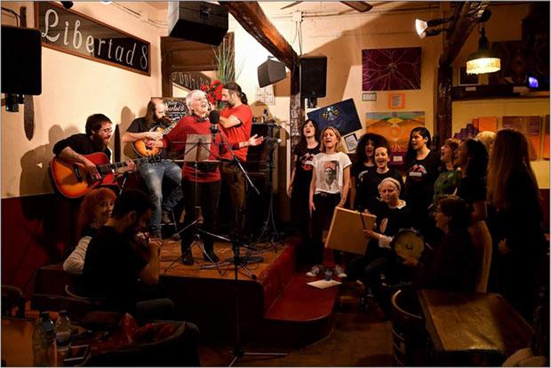 Clara Ballesteros lanza el video «Apenas sí puedo pagar». © FerdíPé