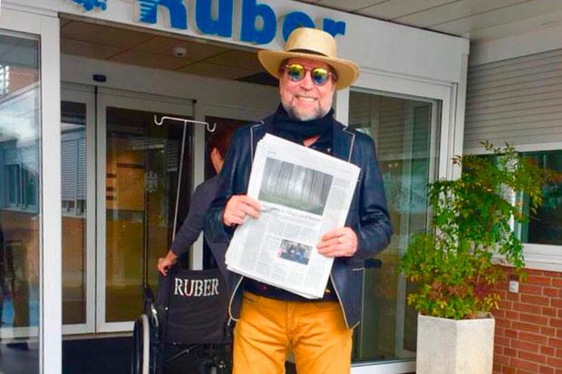 Joaquín Sabina saliendo de la Clínica Ruber.