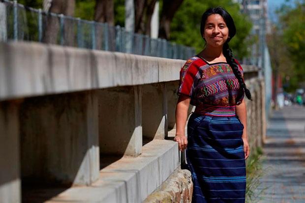 Sara Curruchich, cantante guatemalteca conocida como «la voz de la resistencia indígena» por reivindicar en sus canciones la cultura y los derechos de los pueblos originarios de Centroamérica, posa durante una entrevista con Efe en Barcelona. © EFE