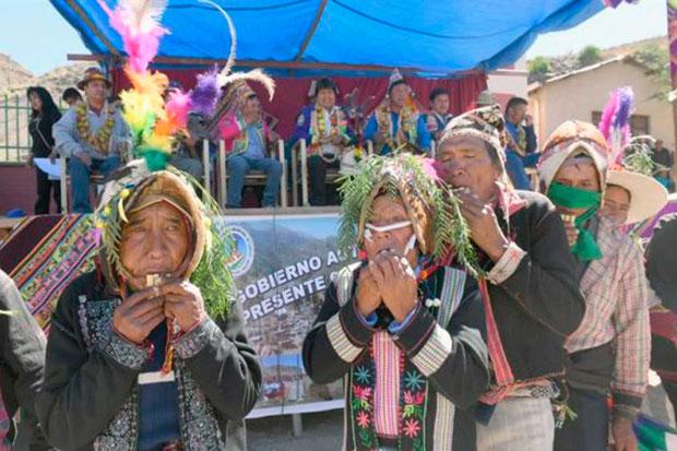 Varias personas interpretan la danza jula jula en presencia del presidente de Bolivia, Evo Morales, hoy, viernes 11 de mayo de 2018, en Caripuyo (Bolivia). © ABI