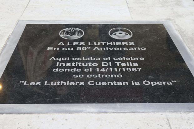Placa-homenaje a Les Luthiers en Buenos Aires. © EFE