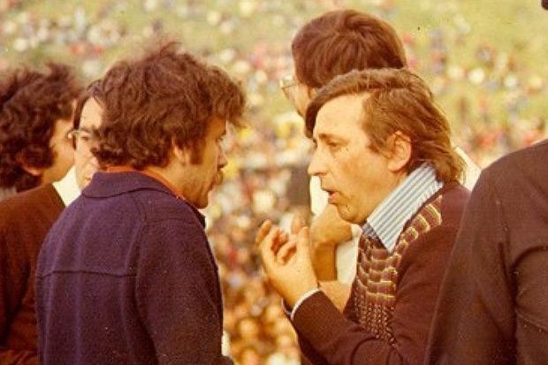 Benedicto habla con Raimon en el Festival de los Pueblos Ibéricos celebrado en 1976