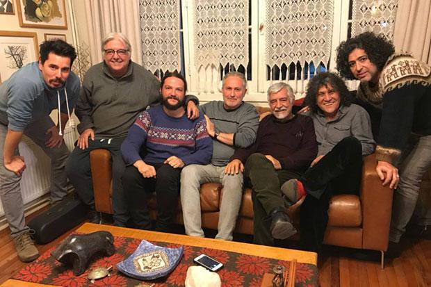 De izquierda a derecha: Ismael Oddó (Quilapayún/Carrasco), Marcelo Coulon (Inti-Illimani), Nano Stern, Cristián Galaz (Fundación Víctor Jara), Jorge Coulon (Inti-Illimani), Roberto Márquez (Illapu) y Manuel García.