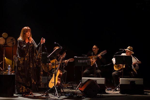 María del Mar Bonet en el Teatro Martí de La Habana. Junto a ella, el tresero Pancho Amat y Cuerdas del Monte.  © Enrique Smith Soto