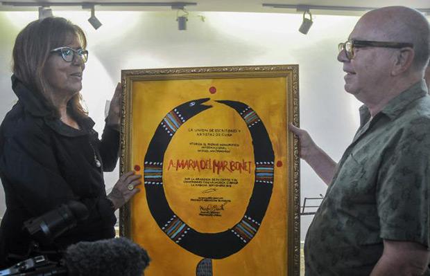 El poeta Miguel Barnet entrega el Premio Internacional Miguel Matamoros a María del Mar Bonet. © GRANMA|Ariel Cecilio Lemus