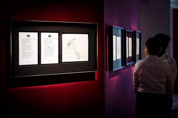 Dos visitantes contemplan un mural con letras y dibujos del cantante y compositor estadounidense Bob Dylan durante el pase gráfico de la exposición «Mondo Scripto», en la galería Halcyon, Londres (Reino Unido) hoy, 8 de octubre del 2018. La muestra se puede visitar desde el 9 de octubre hasta el próximo 30 noviembre. © EFE