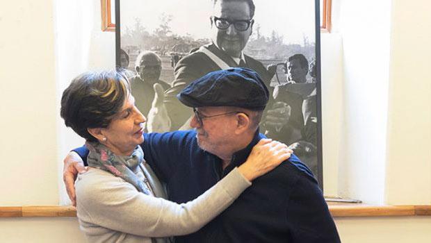 Isabel Allende y Silvio Rodríguez. © Daniel Mordzinski Fundación Salvador Allende