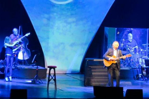 Joan Manuel Serrat actúa durante un concierto de su nueva gira «Mediterráneo Da Capo» hoy, viernes 19 de octubre de 2018, en el teatro Gran Rex de Buenos Aires (Argentina). © EFE