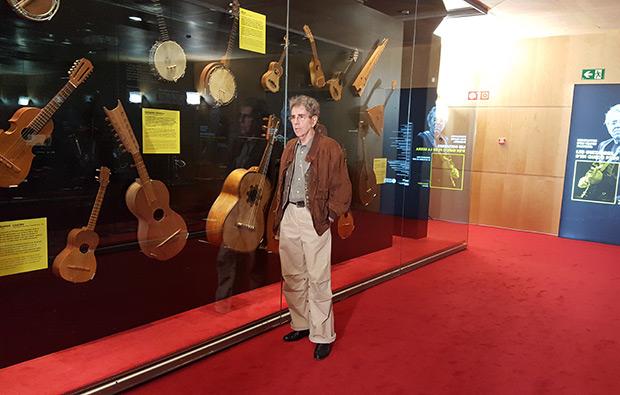 Francesc Pi de la Serra en el Museu de la Música posando ante algunas de sus guitarras. © Xavier Pintanel