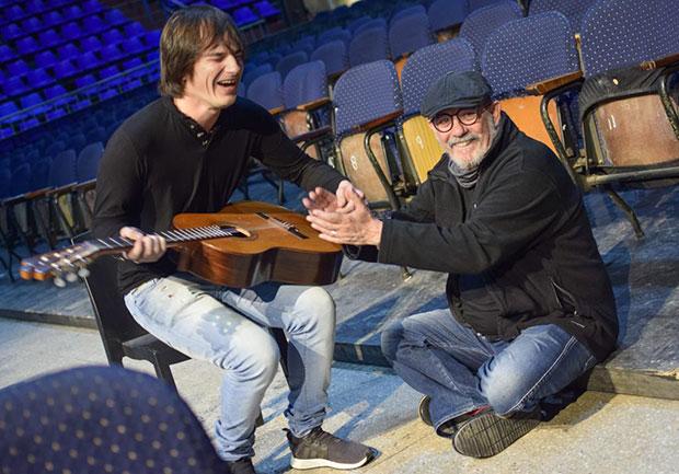 Silvio Rodríguez con Nahuel Penissi. © Kaloian Santos Cabrera