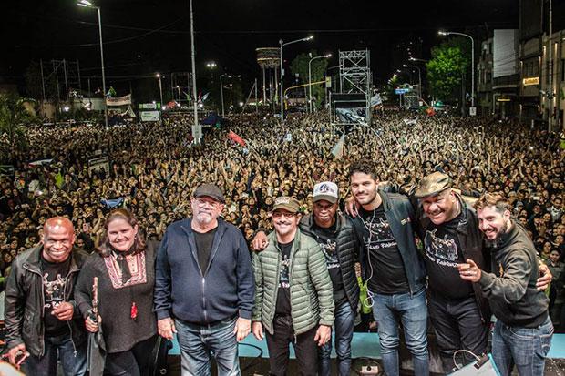 Silvio Rodríguez y su grupo al finalizar el concierto de Avellaneda. © Kaloian Santos Cabrera