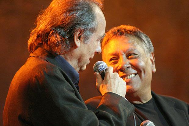 Joan Manuel Serrat y Moncho en el concierto «Moncho entre amigos. 50 años» celebrado en el Palau de la Música Catalana de Barcelona el 12 de mayo de 2010. © Xavier Pintanel
