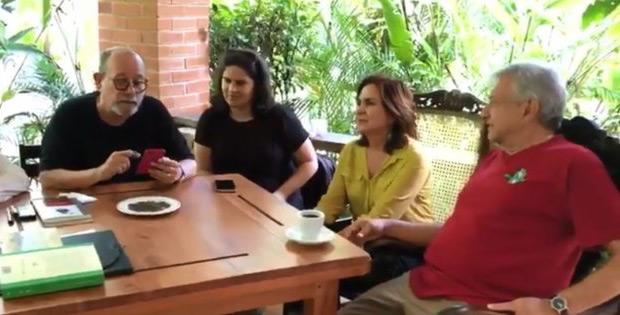 López Obrador disfruta de poesía con Silvio Rodríguez antes de su investidura.