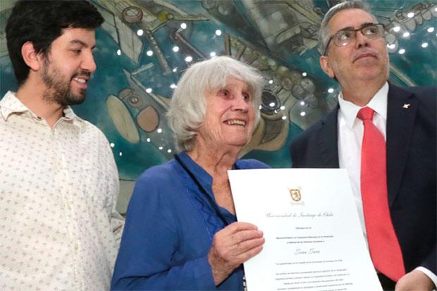 Joan Jara recibe premio a la trayectoria en la promoción de los Derechos Humanos. © USACH|Marco Avilés
