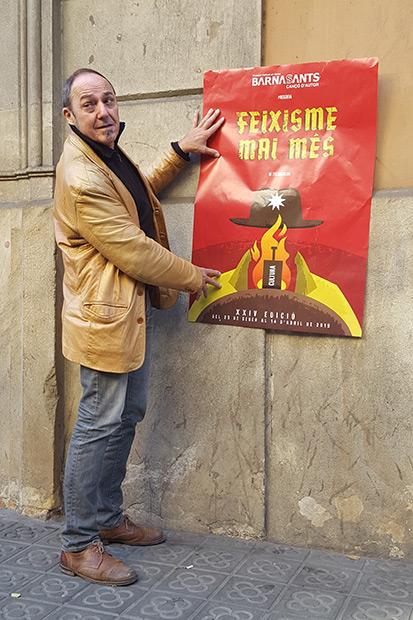 Pere Camps, director del BarnaSants, sostiene el cartel de la vigésimo cuarta edición del festival BarnaSants. © Xavier Pintanel
