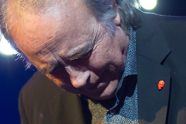 Joan Manuel Serrat lució un enigmático pin en la solapa. © Xavier Pintanel