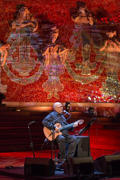Pablo Milanés rodeado por las musas del Palau de la Música en Barcelona. © Xavier Pintanel