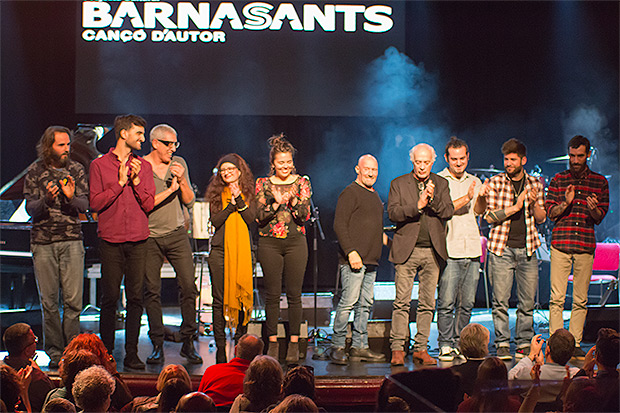 Foto de familia con los participantes del concierto de Enric Hernàez del 3 de marzo de 2018 en la Sala Luz de Gas en el marco de la décimo tercera edición de festival BarnaSants. © Xavier Pintanel