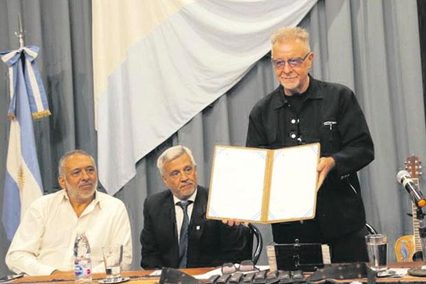 León Gieco recibe doctorado Honoris Causa por la Universidad de Rio Cuarto. © Manuel Fernández   Instagram oficial León Gieco