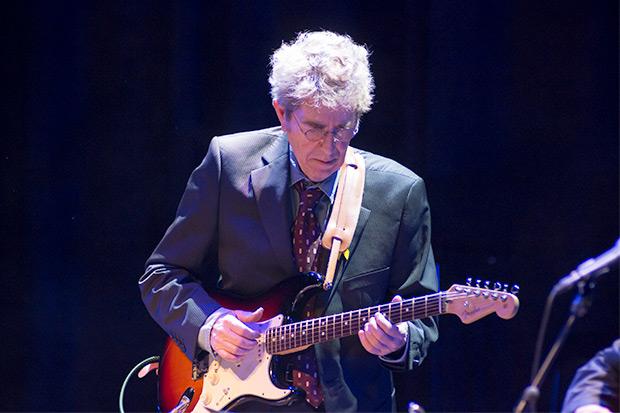 Francesc Pi de la Serra acompañó a la guitarra «L'exprés de mitja nit (Midnight Special)» y cantó «Petites capses (Little boxes)» y «TB Blues». © Xavier Pintanel