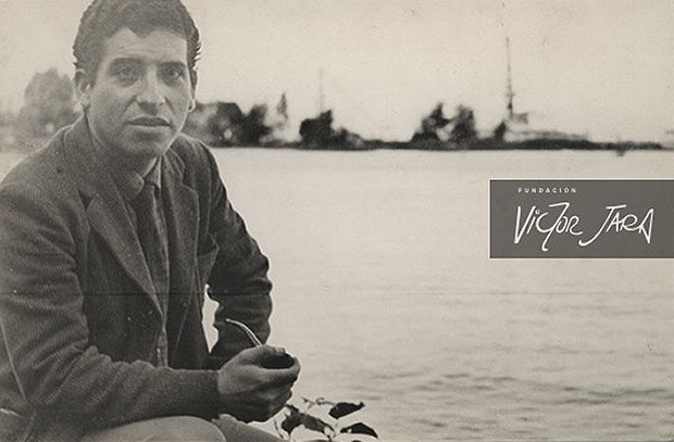 Al reverso de la fotografía original aparece una nota escrita por Víctor que lo sitúa en los alrededores de Leningrado, actual San Petersburgo, fumando de su pipa búlgara en un primer plano. Tras él se observa la costa rusa del mar Báltico, y se registró en el contexto de la gira internacional del conjunto Cuncumén en 1961. © Fundación Víctor Jara